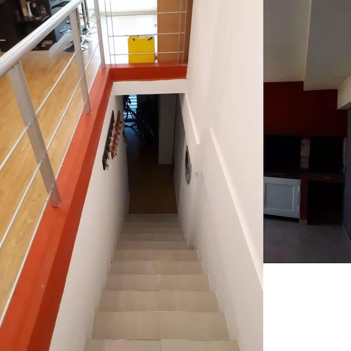 Escaleras hacia la habitacion principal, cuenta con baño y un patio.