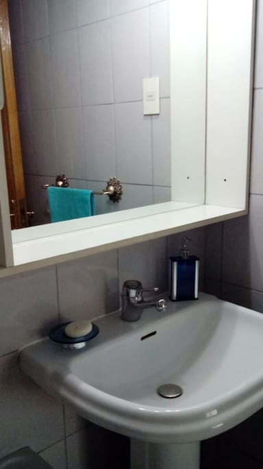baño independiente, agua caliente, toallas, jabon