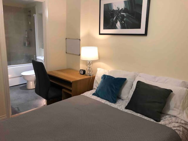 Beautiful Double Room with Shared  Family Bathroom