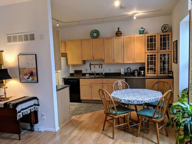 Full kitchen for any level of cooking. All appliances, pots, pans, dishes, utensils, etc. provided. Fresh coffee always provided.