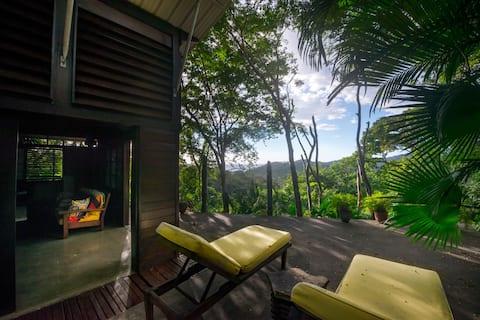 Chic tropical house sleeps 4, close to beach, pool