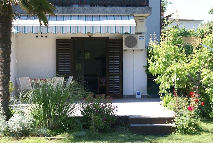 Cosy apartment with Mediterranean garden near sea