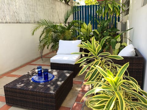 Efficiency Apartment by the beach, parking options