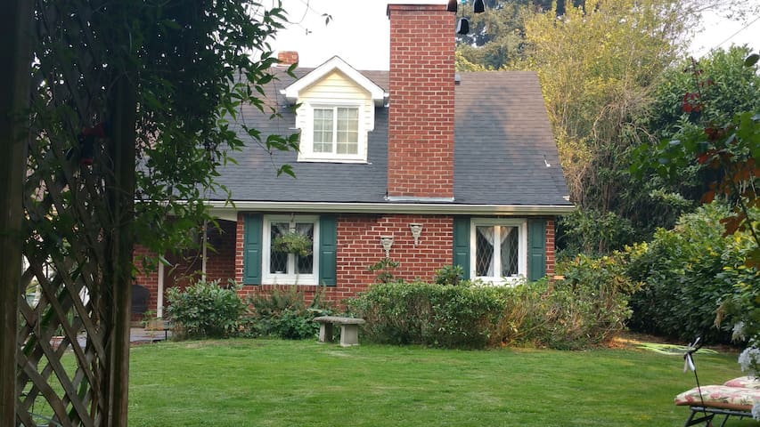 1938 ENTIRE upstairs 2bd/1bth SUITE - Eugene - Bed & Breakfast