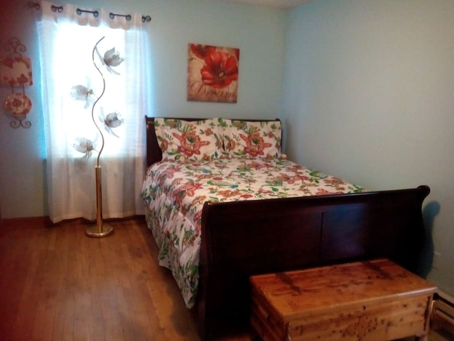 Queen size bed and antique chest color Energy lamp