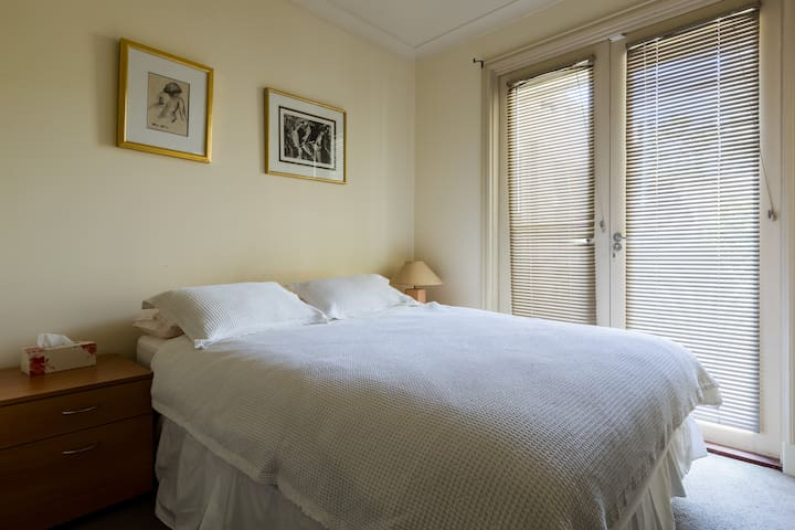 Hotel Style Room: Sep. garden entry - Glen Huntly - Apartment
