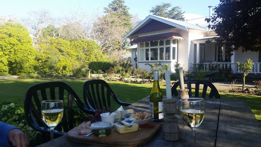 Large twin room in rural homestead - Masterton - Inap sarapan