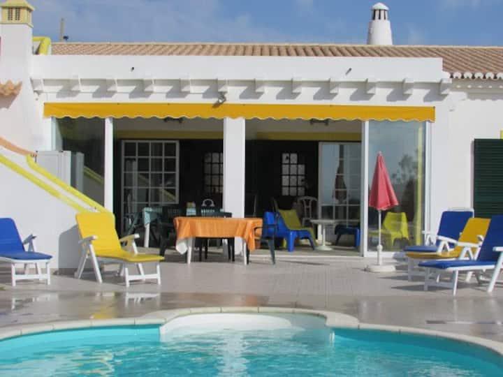 Casa c/ Jardim e Piscina Água Salgada