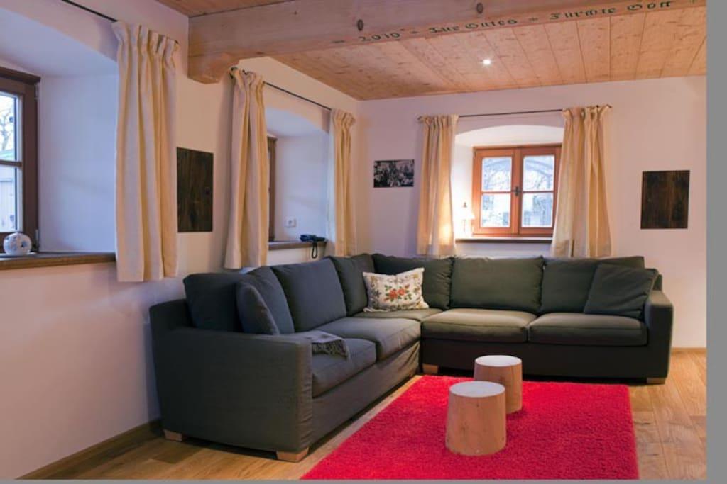 Die Couch lädt zum Entspannen ein.