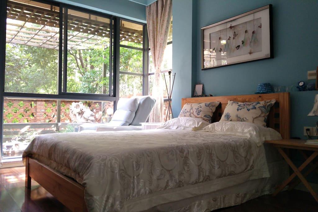 您的房间(优雅园景房),窗外就是葱绿的庭院。