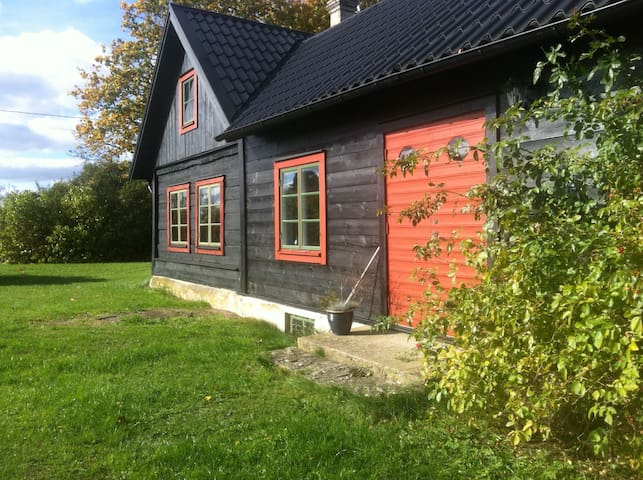 1700-talstorp och inredd ladugård - Stånga - Hus