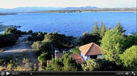 Casa de lago con piscina y chimenea