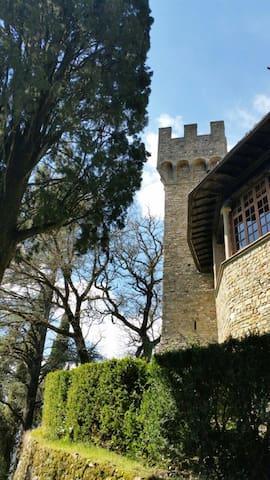 Castello sulle colline fiorentine
