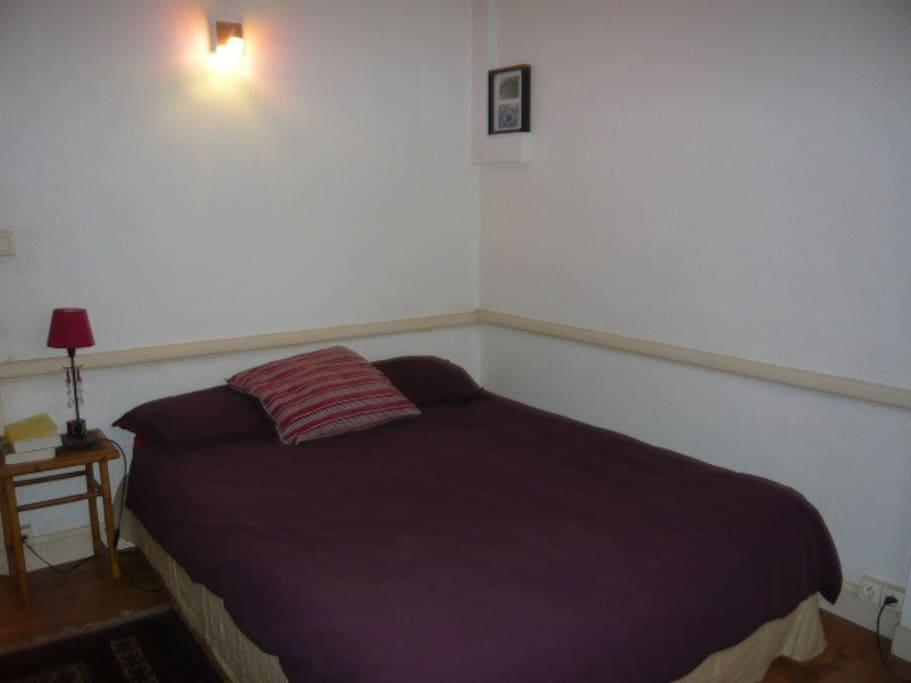 une chambre avec une literie de bonne qualité