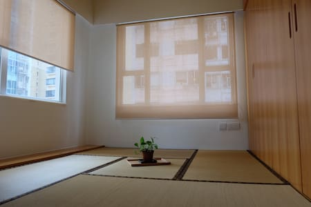 Living home renovated in 2013 in minimalist style with a Japanese touch.   Extremely conveniently located with 5-minutes walk from Times Square, the main shopping district.  Ideally accommodates 2 adults.