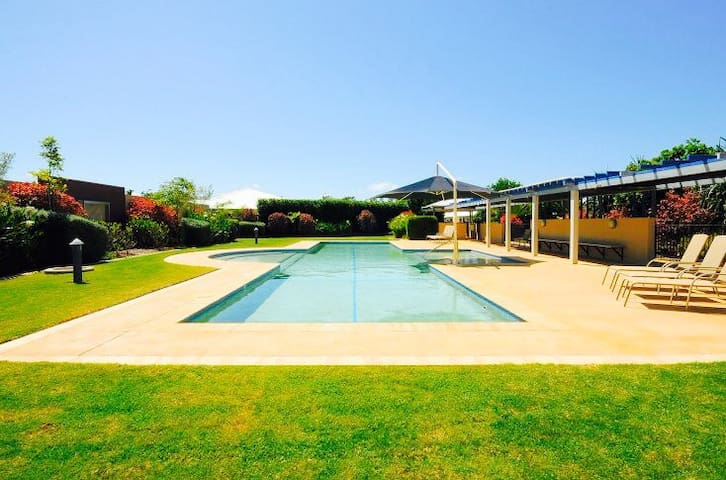 Resort Style Living near Marina - Urangan - Villa