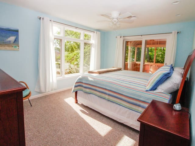 Huge bedroom with King bed & connecting bath
