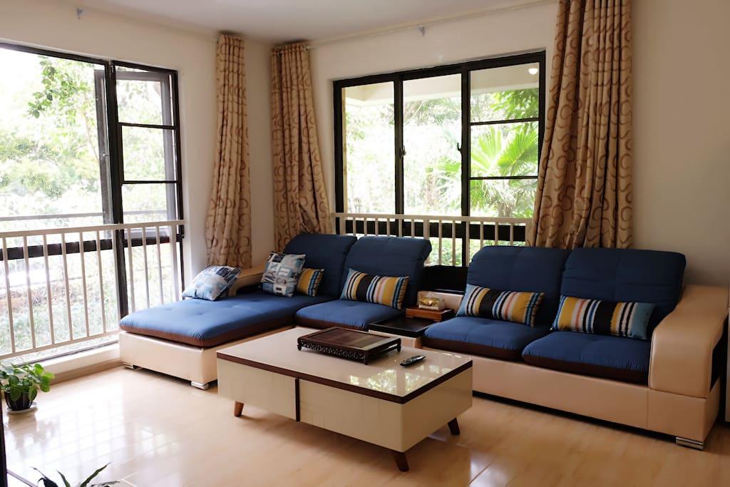 宽敞明亮舒适的客厅