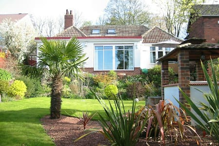 Friendly home close to Leeds centre - Bed & Breakfast