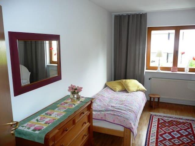 Komfortables, großes Zimmer mit Bad - Rodgau - 一軒家