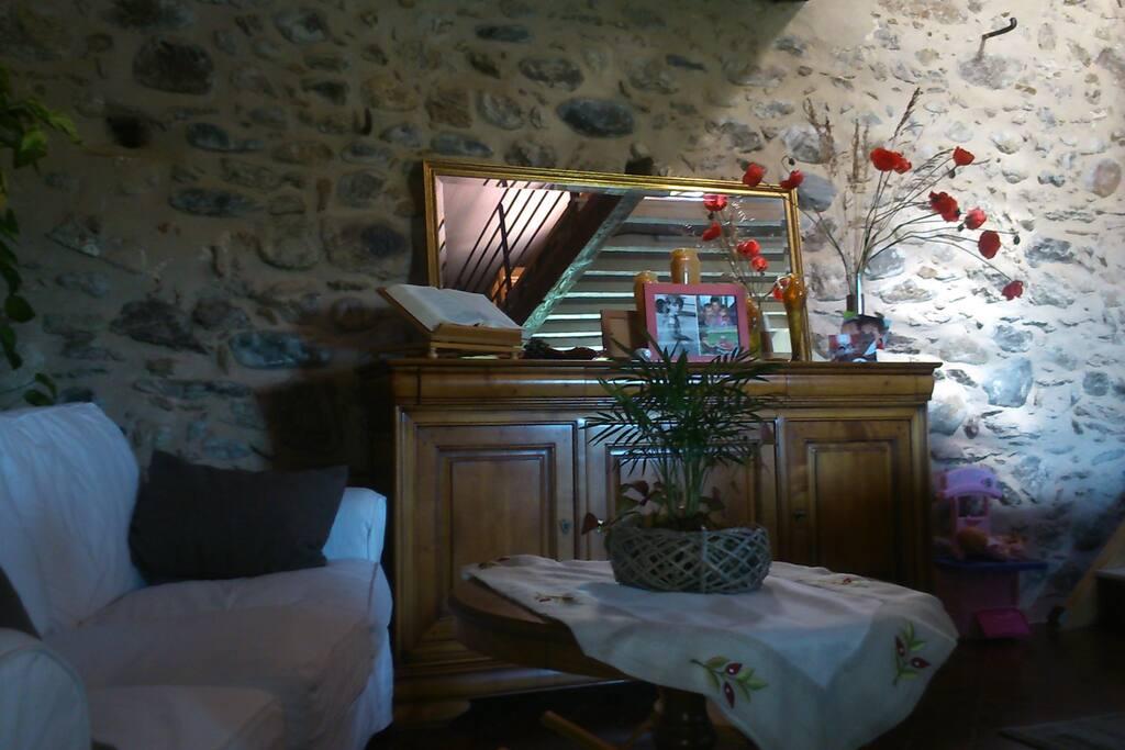 Le salon cosy avec son mur en pierre