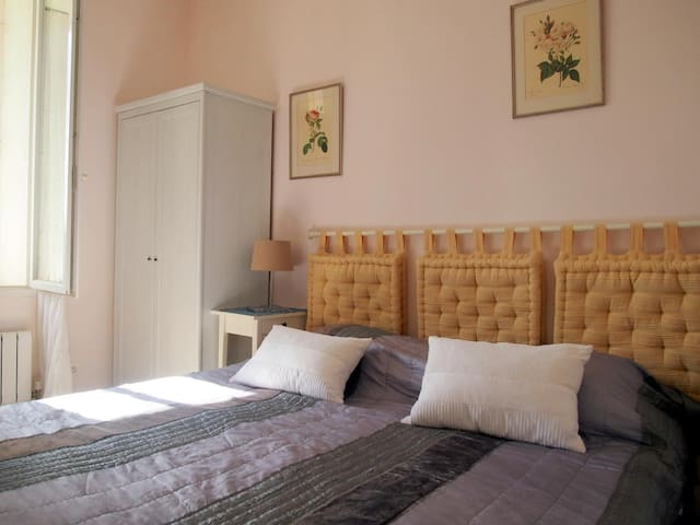 Rose apartment in Villa Roquette - Montblanc - Apartment
