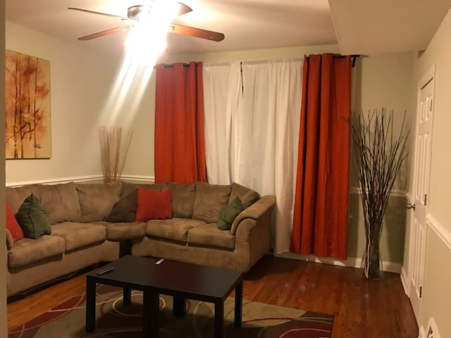 Clean, Cozy & Convenient 15 minutes to downtown.