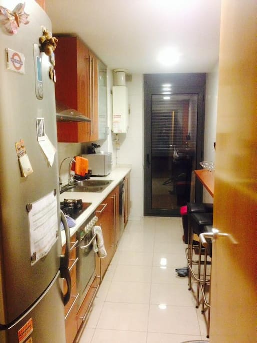 Cocina con lavadora-secadora, lavaplatos, microondas, etc.