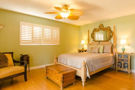 Waterfront .Exquisite early morning sunrises from your upstairs suite with private entrance.  Private pool. Only 4 miles from downtown St. Pete and beautiful Beach Drive area. Double kayak and bicycles available.  Only miles from white sandy beaches.