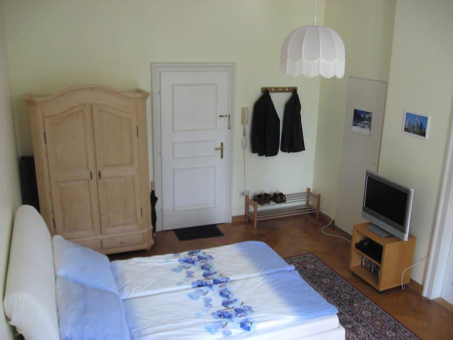 Wohnraum mit bequemen Doppelbett und Kabelfernsehen.