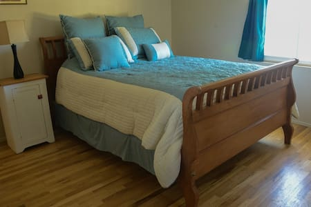 Cozy Room in Ocean-View Cottage - Summerland - Talo