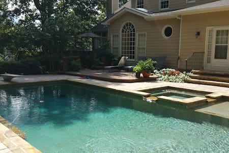 A room w entre flr / an upscl area. - Johns Creek