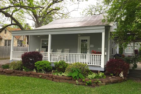 Texas Cottage at the Comal Inn - New Braunfels