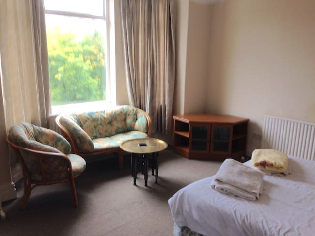Fantastic Bay Room, DidsburyVillage - Manchester
