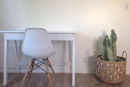 Clean bright room near dtPHX - Phoenix - House