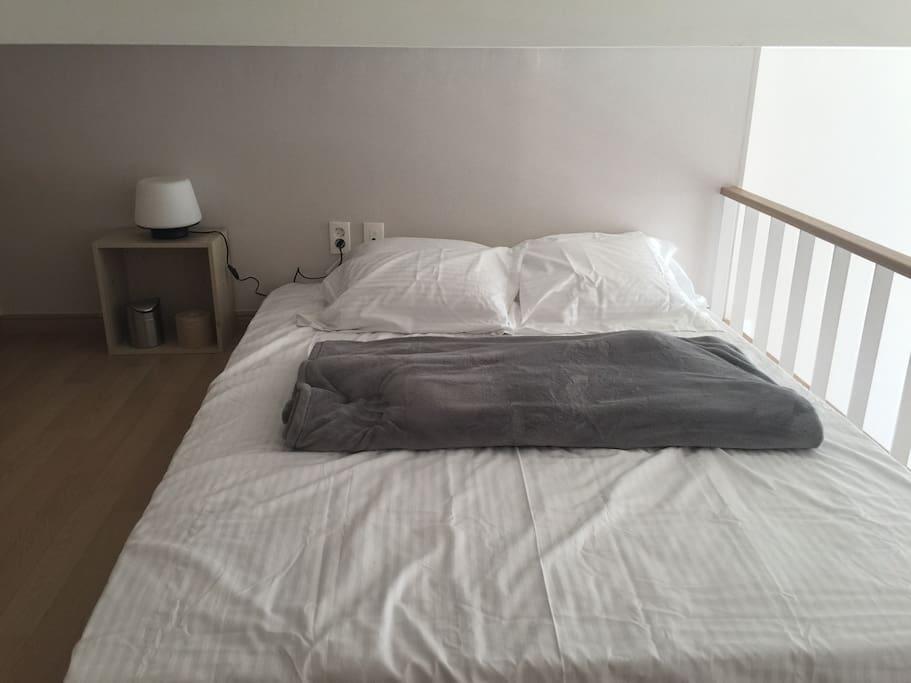2층 복층 구조의 침실 4명이서 주무실수 있게 매트리스가 더블이 더있어요.