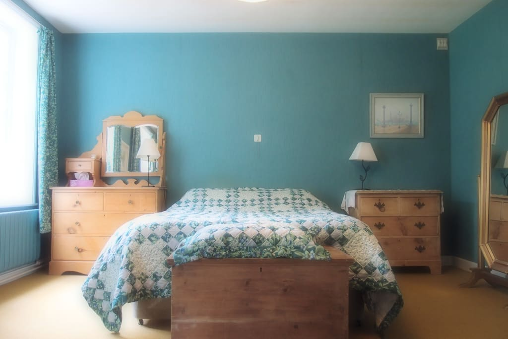 Large double bedroom with sitting area and inclusive washroom