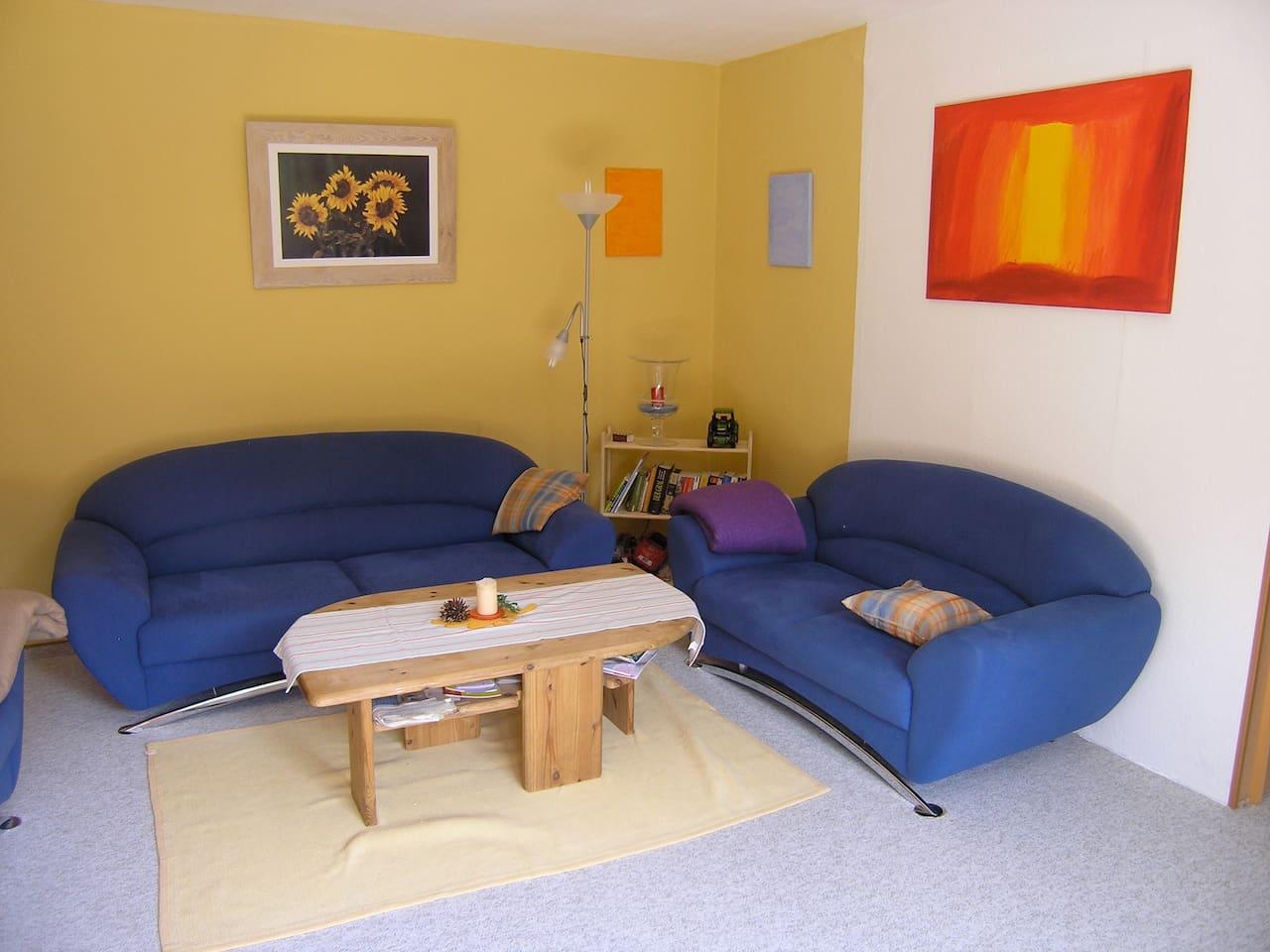 Das Wohnzimmer mit Blick auf die Nachmittagssonne