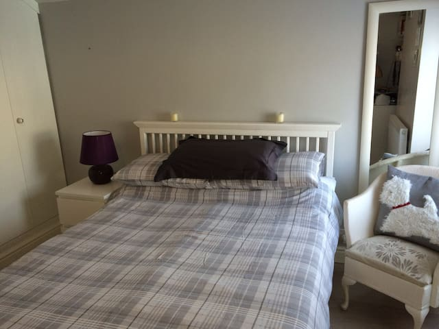 Cosy bedroom in the leafy suburbs - Cardiff - Casa