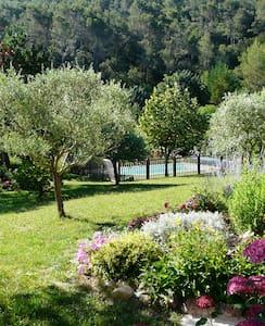 Coquet T2 calme piscine  jardin - Huis