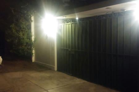 Casa con 5 minideptos en condominio - La Molina