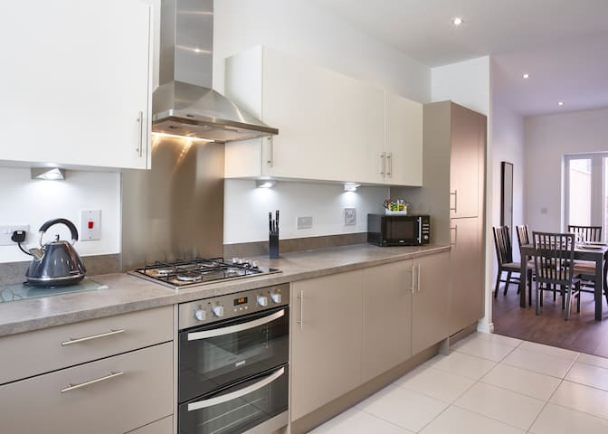 Lovely 4-Bed Serviced Town House - Milton Keynes