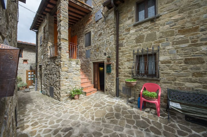 Stone cottage in a pedestrian close - Reggello - Casa