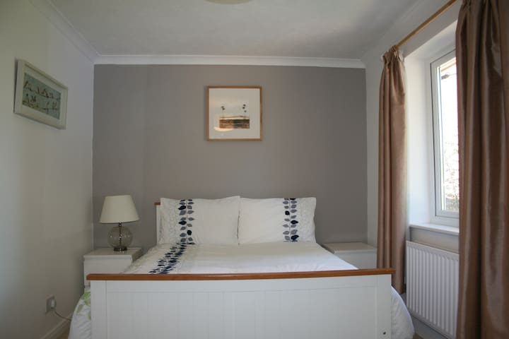 Double bedroom with own bathroom - Ash Vale - House