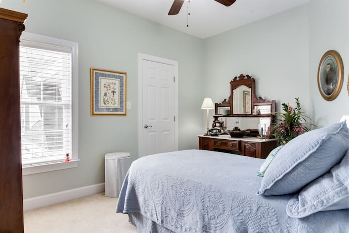 Private room & bath in luxury Villa - Raleigh - Villa