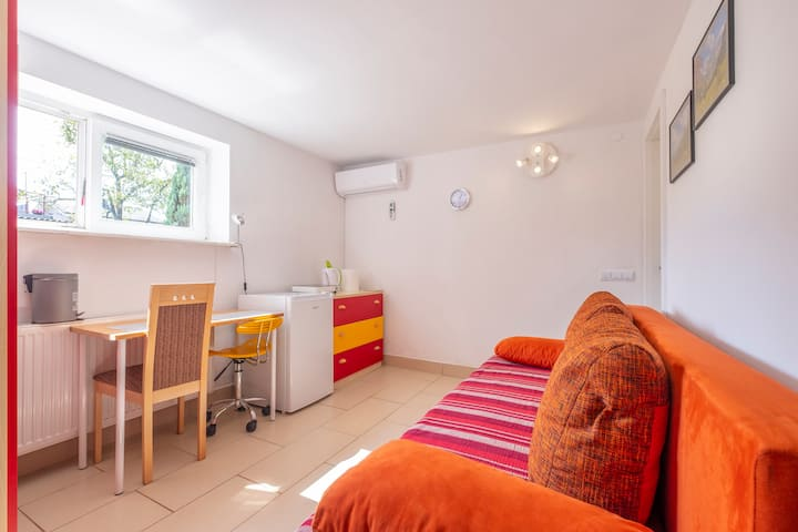 Studio with Air Conditioner & FREE Parking for 2p