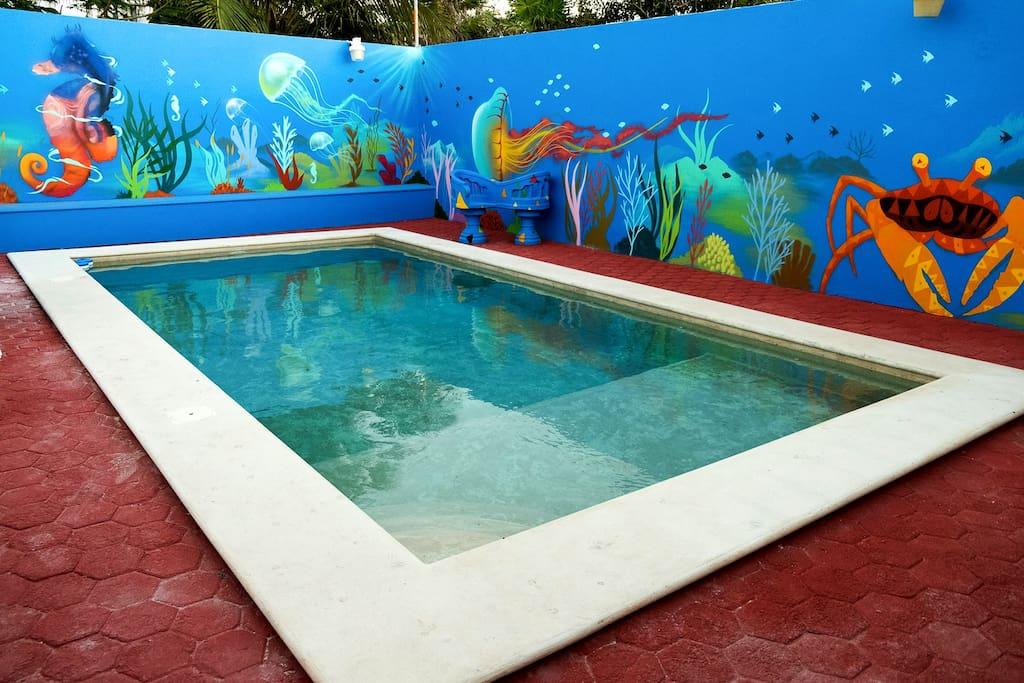 La piscina esta hecha de chukum árbol endémico de la península de Yucatán , lo cual le da esa apariencia de cenote