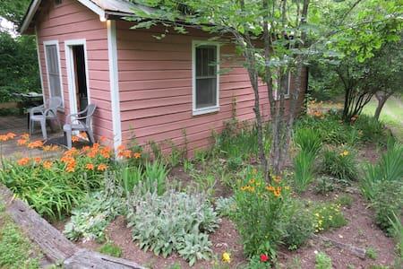Writing and Spiritual Retreat Cabin - Ashland City - Sommerhus/hytte