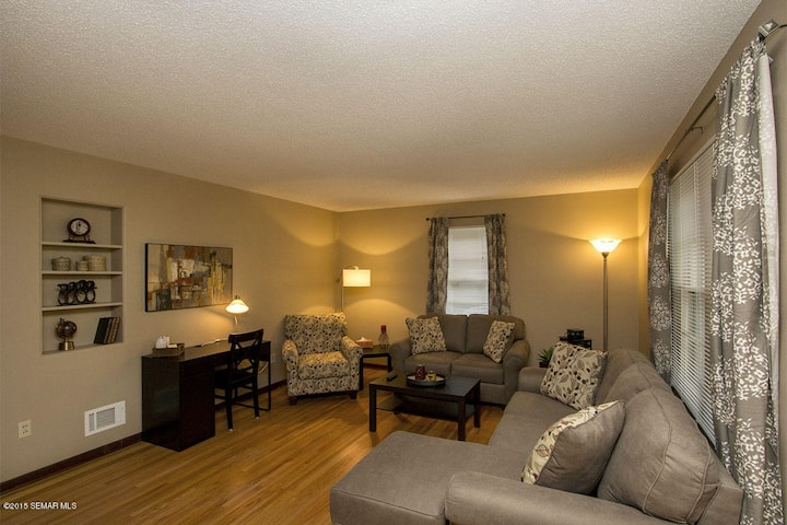 Remodeled 2br Apt Near Downtown, Spacious, Laundry