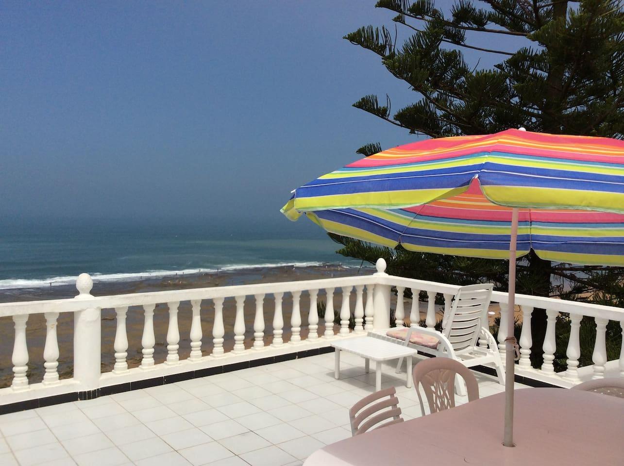 terrasse avec chaise longue et parasol pour profiter du soleil et de la mer